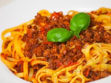 Лингуини болонезе с кайма, доматено пюре и маслинова паста - снимка на рецептата